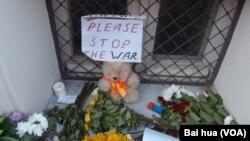 马航班机坠落后,俄罗斯民众到荷兰驻莫斯科大使馆前献花哀悼遇难者,呼吁停止战争。 (美国之音白桦拍摄)