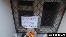 馬航班機墜落後,俄羅斯民眾到荷蘭駐莫斯科大使館前獻花哀悼遇難者,呼籲停止戰爭。(美國之音白樺拍攝)
