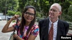 Phóng viên Úc Alan Morison và phóng viên người Thái Lan Chutima Sidasathian đến tòa án ở Phuket, ngày 1/9/2015.