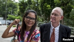 Australian journalist Alan Morison (R) and Thai journalist Chutima Sidasathian (L) arrive at court in Phuket, Thailand, September 1, 2015.