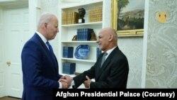 وائٹ ہاؤس سے جاری بیان میں کہا گیا ہے کہ امریکی صدر جو بائیڈن اور افغان صدر اشرف غنی نے اتفاق کیا کہ طالبان کی حالیہ پر تشدد کارروائیاں ان کے اس دعوے کے خلاف ہیں کہ وہ جنگ کو مذاکرات کے ذریعے ختم کرنا چاہتے ہیں۔ (فائل فوٹو)