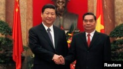 Pejabat Partai Komunis Vietnam Le Hong Anh (kanan) saat bertemu Presiden China Xi Jinping di Hanoi (foto: dok).