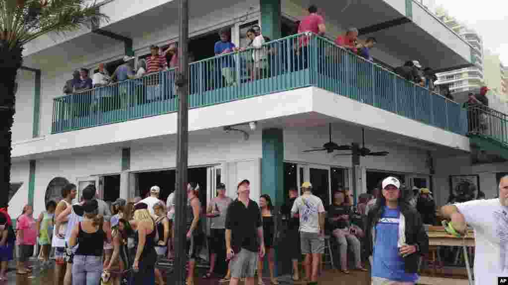 L'ouragan Matthew encore loin de la floride, des gens dans un bar à Fort Lauderdale, Floride, le 6 octobre 2016.