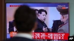 ຊາຍຄົນນຶ່ງເບິ່ງ ລາຍການຂ່າວທາງໂທລະພາບ ທີ່ສະແດງໃຫ້ເຫັນ ລາຍງານຂອງຜູ້ນຳເກົາຫຼີເໜືອ Kim Jong Un, ຢູ່ສະຖານີລົດໄຟໃຕ້ດິນ ຂອງໂໍຊລ ຂອງເກົາໃຕ້, ວັນພຸດ ທີ 5 ເມສາ 2017.
