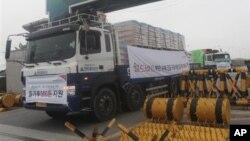 지난해 9월 한국 민간단체의 대북 지원 밀가루를 싣고 남북출입국사무소를 지나는 화물 차량. (자료사진)