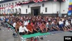 Gubernur Jawa Barat bersama Wakil Gubernur dan ratusan PNS Pemprov menggelar Shalat Istisqa atau shalat minta hujan di halaman Gedung Sate, Bandung, Jumat 14/8 (foto: VOA/Wulan).