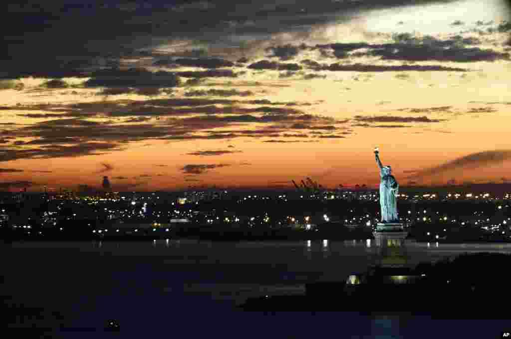 نمای هوایی از مجسمه آزادی در نزدیک شهر نیویورک - پاییز ۱۳۹۴