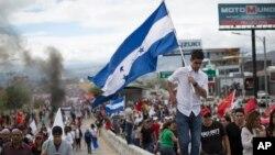 Los partidarios del candidato presidencial opositor Salvador Nasralla, marchan en protesta por lo que llaman fraude electoral en Tegucigalpa, Honduras, el 3 de diciembre de 2017.