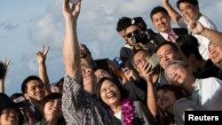关岛副总督特诺里奥在欢迎台湾总统蔡英文和她的代表团之际自拍(2017年11月3日)