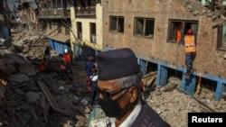 尼泊爾救援人員和地震生還者在加德滿都週邊地區的瓦礫中進行挖掘