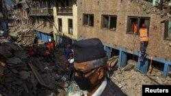 Rescatistas buscan sobrevivientes en los edificios colapsados de Sankhu, en las afueras de Katmandú.