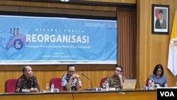 Para pembicara dalam diskusi reorganisasi militer Indonesia di Yogyakarta, Rabu 10 April 2019. (foto: VOA/Nurhadi)