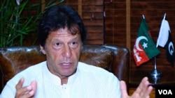 巴基斯坦正义运动党(PTI)负责人伊姆兰·汗在美国之音的巴基斯坦伊斯兰堡分部(2017年8月10日).