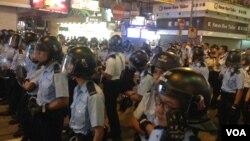 香港佔領人士在旺角佔領區砵蘭街與警方對峙 (美國之音海彥 拍攝)