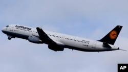 Un avion de Lufthansa transporte des proches des victimes du crash de l'avion Germanwings MH17 que le co-pilote a fait écrser dans les Alpes françaises, le 26 mars 2015.