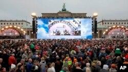 Posetioci ispred Brandenburške kapije, Berlin, Nemačka, 9. novembar, 2014.