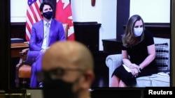 Perdana Menteri Kanada Justin Trudeaú dan Wakil Perdana Menteri Chyrstia Freeland tampak di layar video saat konferensi video dengan Presiden AS Joe Biden di Gedung Putih, Washington, Selasa, 23 Februari 2021. (Foto: Reuters)