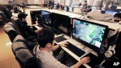 한국 서울의 한 게임방에서 시민들이 인터넷 게임을 즐기고 있다. (자료사진)