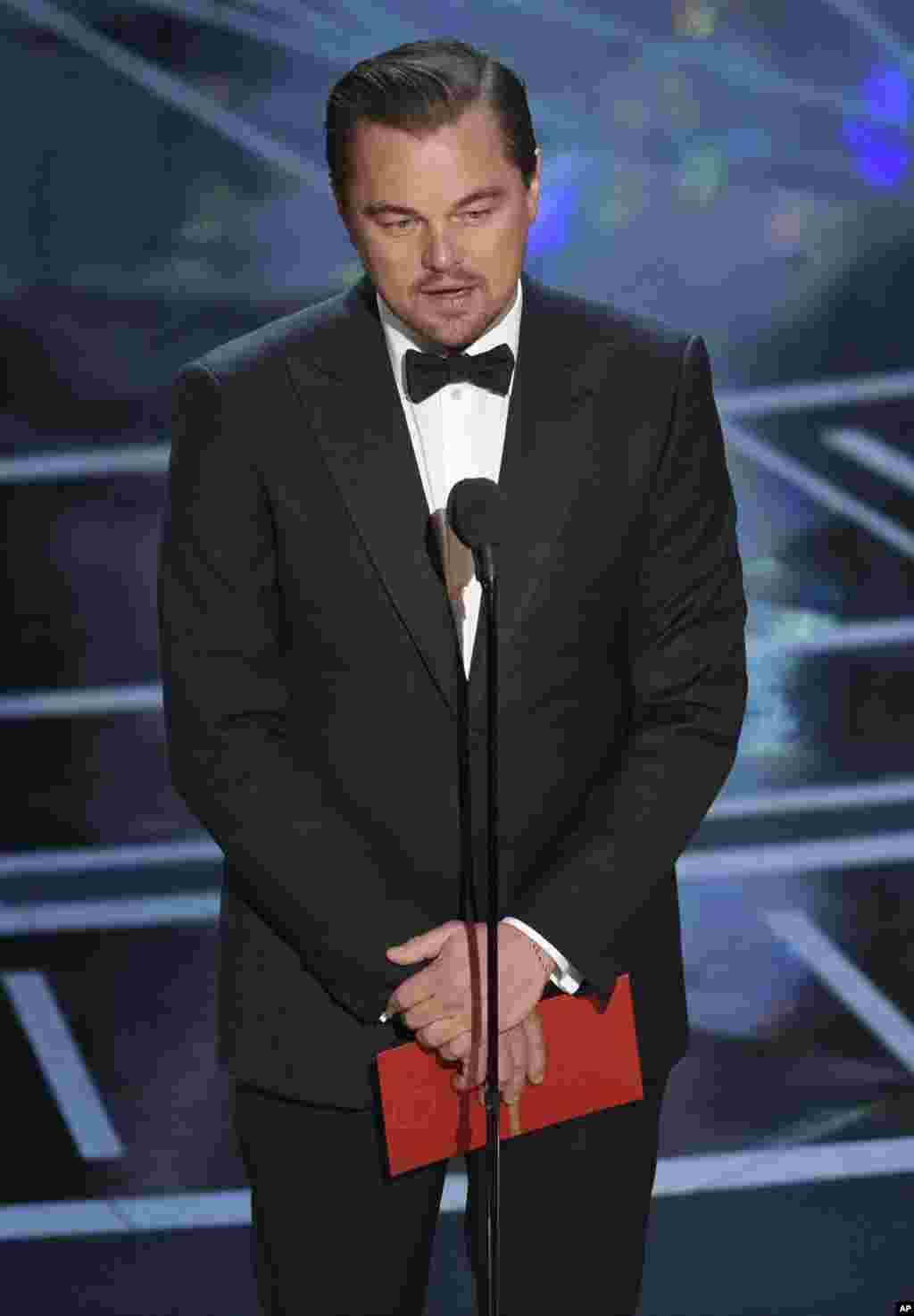 لئوناردو دیکاپریو٬ یکی از دارندگان اسکار٬ نام بهترین بازیگر زن را اعلام کرد.