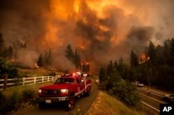 រូបឯកសារ៖ ក្រុមអ្នកពន្លត់អគ្គីភ័យកំពុងតែព្យាយាមពន្លត់ភ្លើងឆេះព្រៃឈ្មោះ Tamarack ក្នុងសង្កាត់ Alpine រដ្ឋ California សហរដ្ឋអាមេរិក ថ្ងៃទី១៧ ខែកក្កដា ឆ្នាំ២០២១។ (AP Photo/Noah Berger)