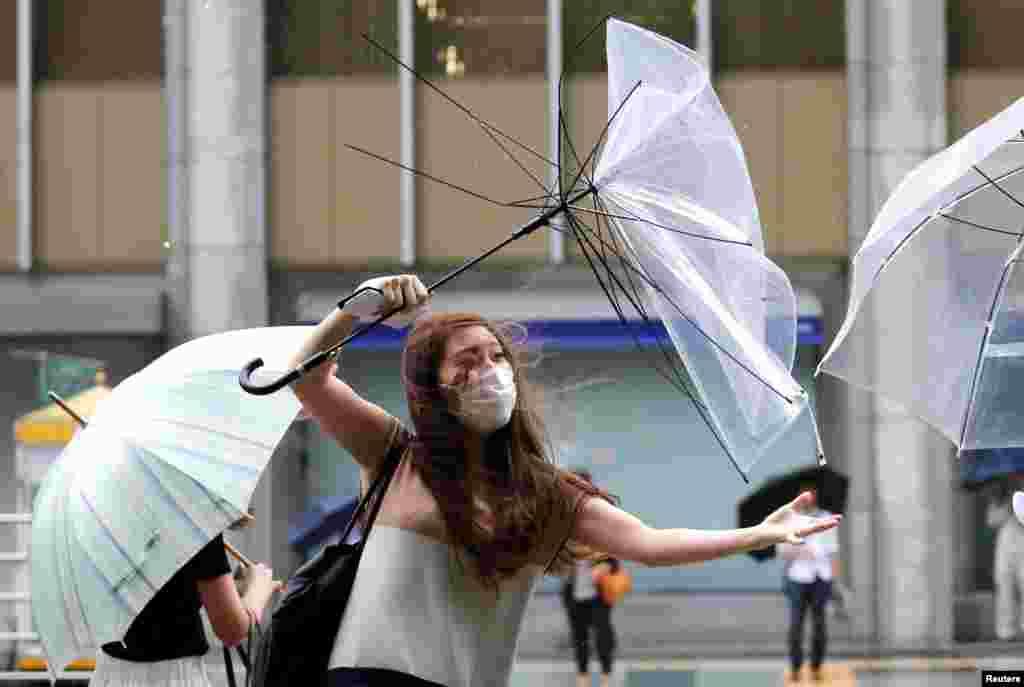 جدال تن به تن این خانم برای نگهداشتن چترش در مقابل باد و بارش شدید باران در توکیو ژاپن