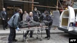 Nhân viên y tế đưa thi hài ông Mark Madoff ra khỏi căn phòng chung cư