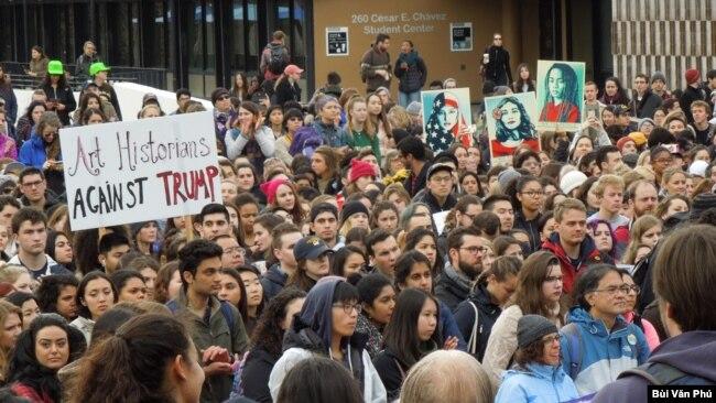 Sinh viên xuống đường phản đối Tổng thống Donald Trump. (Ảnh: Bùi Văn Phú)