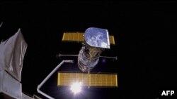 Tàu con thoi Discovery đưa viễn vong gian Hubble lên quỹ đạo ngày 24 tháng 4, 1990.
