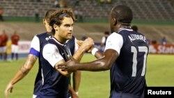 Tiền đạo Jozy Altidore (phải) ghi 3 bàn thắng cho đội Mỹ trong trận giao hữu với Bosnia Herzegovina.