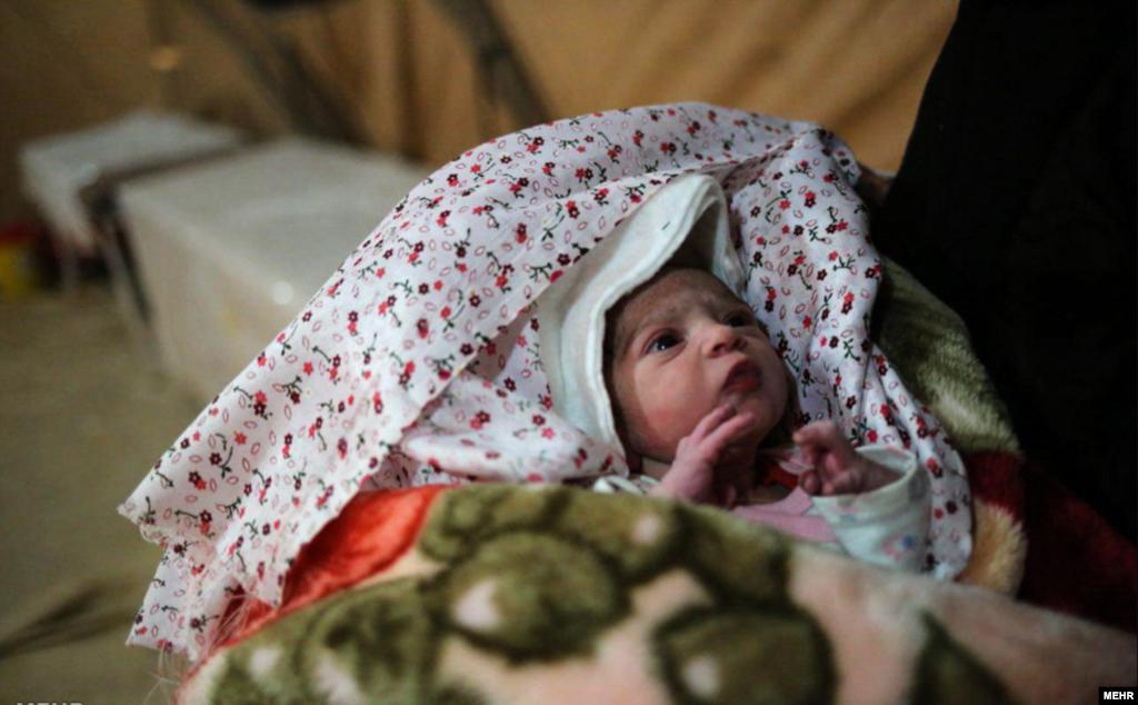 آوا، بامداد دومین روز پس از زلزله در بیمارستان صحرایی ارتش در شهر زلزله زده سرپل ذهاب بدنیا آمد. عکس: محمد خدابخش