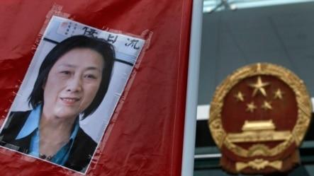 Ânh nhà báo Cao Du trong cuộc biểu tình yêu cầu trả tự do cho bà