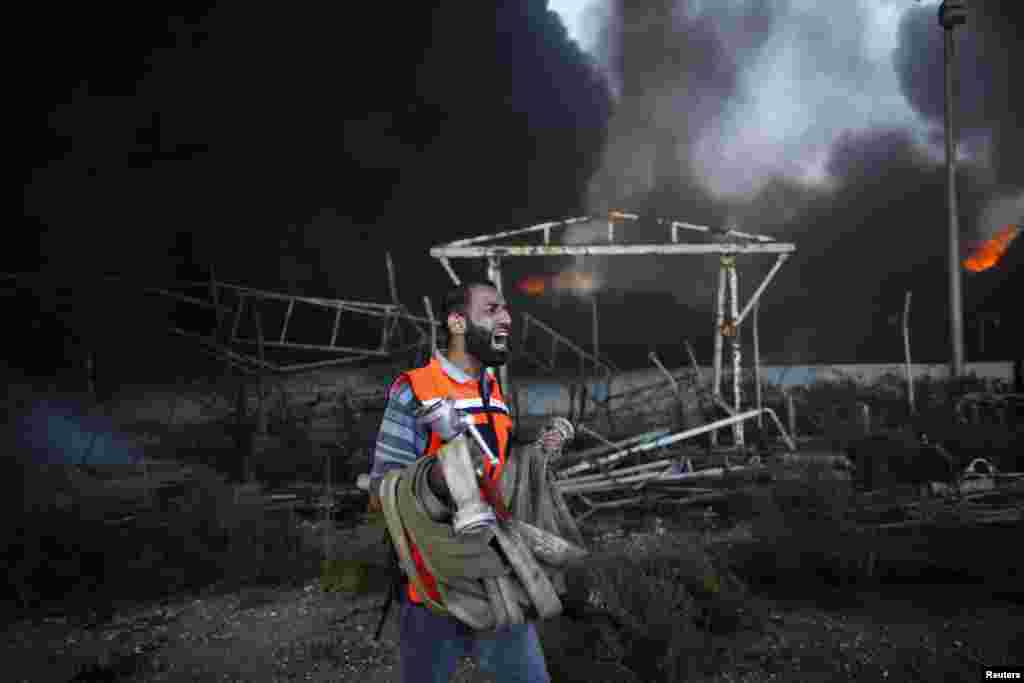 Lính cứu hỏa người Palestine nỗ lực dập tắt đám cháy tại nhà máy điện chính của Dải Gaza, mà theo lời nhân chứng bị trúng đạn pháo kích của Israel ở miền trung Gaza, cắt đứt nguồn điện cho Thành phố Gaza và nhiều nơi khác trên khu vực sinh sống của 1,8 triệu người Palestine.