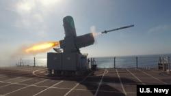 """""""蒙哥马利号""""濒海战舰(USS Montgomery)2019年4月举行导弹发射操演(美国海军图片)"""