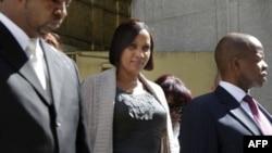 Нафиссату Диалло в окружении адвокатов