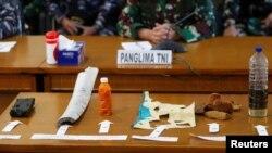 Những mảnh vỡ và vật thể được cho là từ tàu ngầm KRI Nanggala-402 được trưng ra trong một cuộc họp báo tại Sân bay Ngurah Rai Airport ở Bali, Indonesia, ngày 24 tháng 4, 2021.