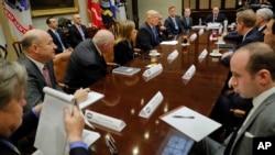 Presiden AS Donald Trump bertemu dengan para eksekutif dari tiga perusahaan mobil besar di Gedung Putih, Selasa (24/1).