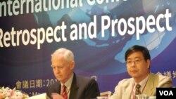 兩岸關係回顧與展望國際研討會5月14日在台北舉行。與會者包括約翰霍普金斯大學教授 卜道維(David Brown),以及澳門大學教授尤冀(右) (美國之音趙婉成拍攝)