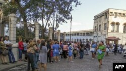 Abakozi bahunze ibiro inyuma y'imitigito y'isi i Lonja del i Havana muri Cuba