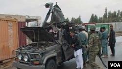Mobil Wakil Gubernur provinsi Kandahar, Abdul Latif Ashna yang hancur akibat serangan bom bunuh diri, Sabtu (29/1).