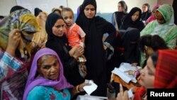 لاہور کی خواتین ووٹ ڈالنے کی منتظر۔ فائل فوٹو