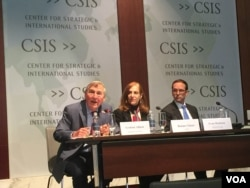哈佛大學教授埃里森(左)與前國安會亞洲事務高級主管麥艾文(右)在辯論會上。(美國之音莉雅拍攝)