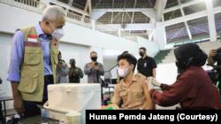 Gubernur Jawa Tengah Ganjar Pranowo meninjau pelaksanaan vaksinasi pelajar di GOR Kodam IV Diponegoro, Semarang, 23 Juli 2021. (Foto: Courtesy/Humas Pemda Jateng)