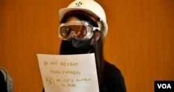"""香港中文大學學生黃同學表示,穿上保護裝備只是表達抗爭者時時刻刻需要自我保護,並非""""暴徒""""。(美國之音湯惠芸攝)"""