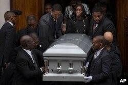 在纽约市的布鲁克林,在被射杀的黑人青年阿凯·格利的葬礼中,他的女友(中右)走出教堂(2014年12月6日)