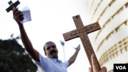 Unjuk rasa warga Kristen Koptik di Kairo (10/10). Pemerintah Mesir mengeluarkan dekrit yang melarang diksriminasi berdasarkan agama, gender, keyakinan atau bahasa.