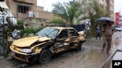 星期一發生在巴格達居民區的一處汽車炸彈襲擊現場。