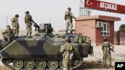土耳其军队驻守阿克恰卡莱村通向叙利亚的边境大门