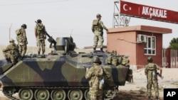 2012年10月7日土耳其在和叙利亚交界的阿克恰卡莱军事哨所。跨越边界就是叙利亚反政府军控制的泰勒艾卜耶德镇