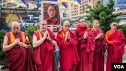 抗議活動中藏傳佛教的喇嘛誦經祈福。 (美國之音記者方正拍攝)