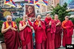 抗议活动中藏传佛教的喇嘛诵经祈福。(美国之音记者方正拍摄)